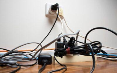 15 idées pour dissimuler les fils électriques disgracieux dans votre maison.